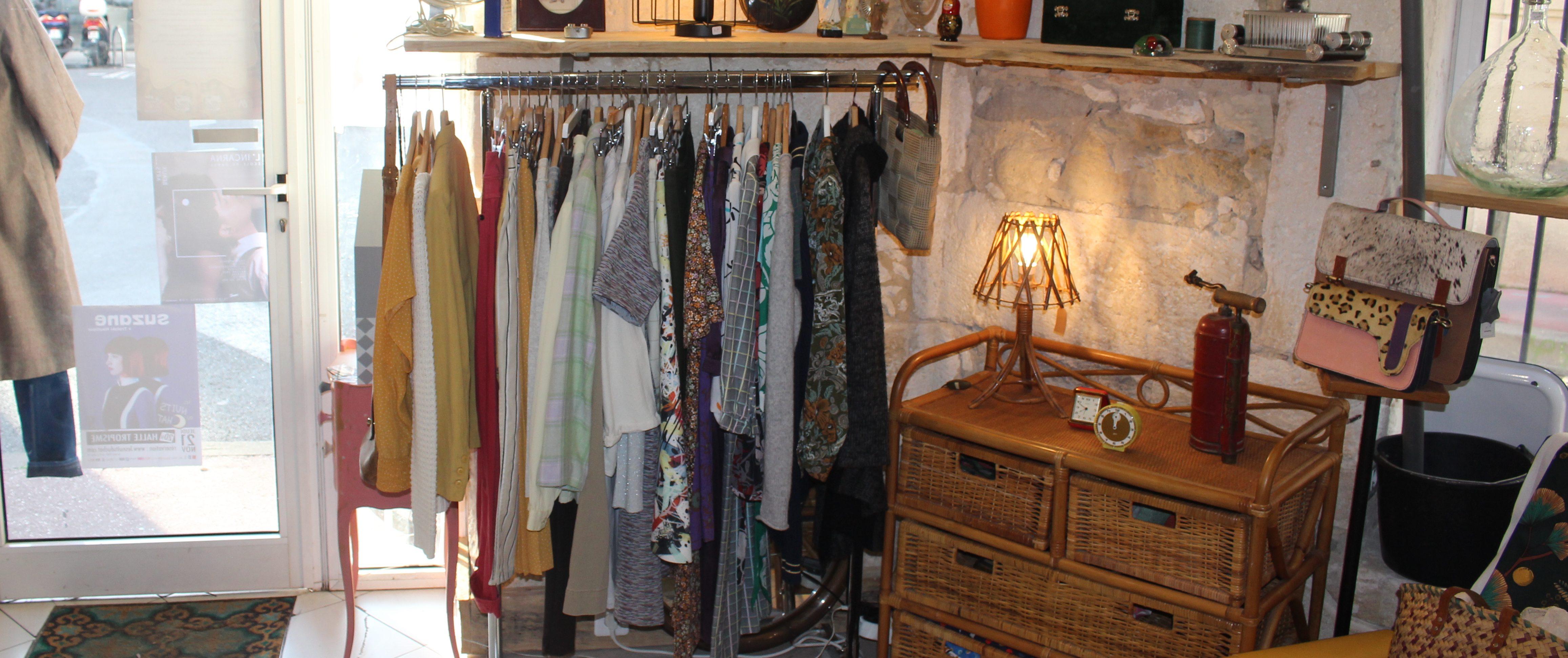 Portant de vêtements d'occasion #1 de la friperie l'hirondelle dans l'atelier