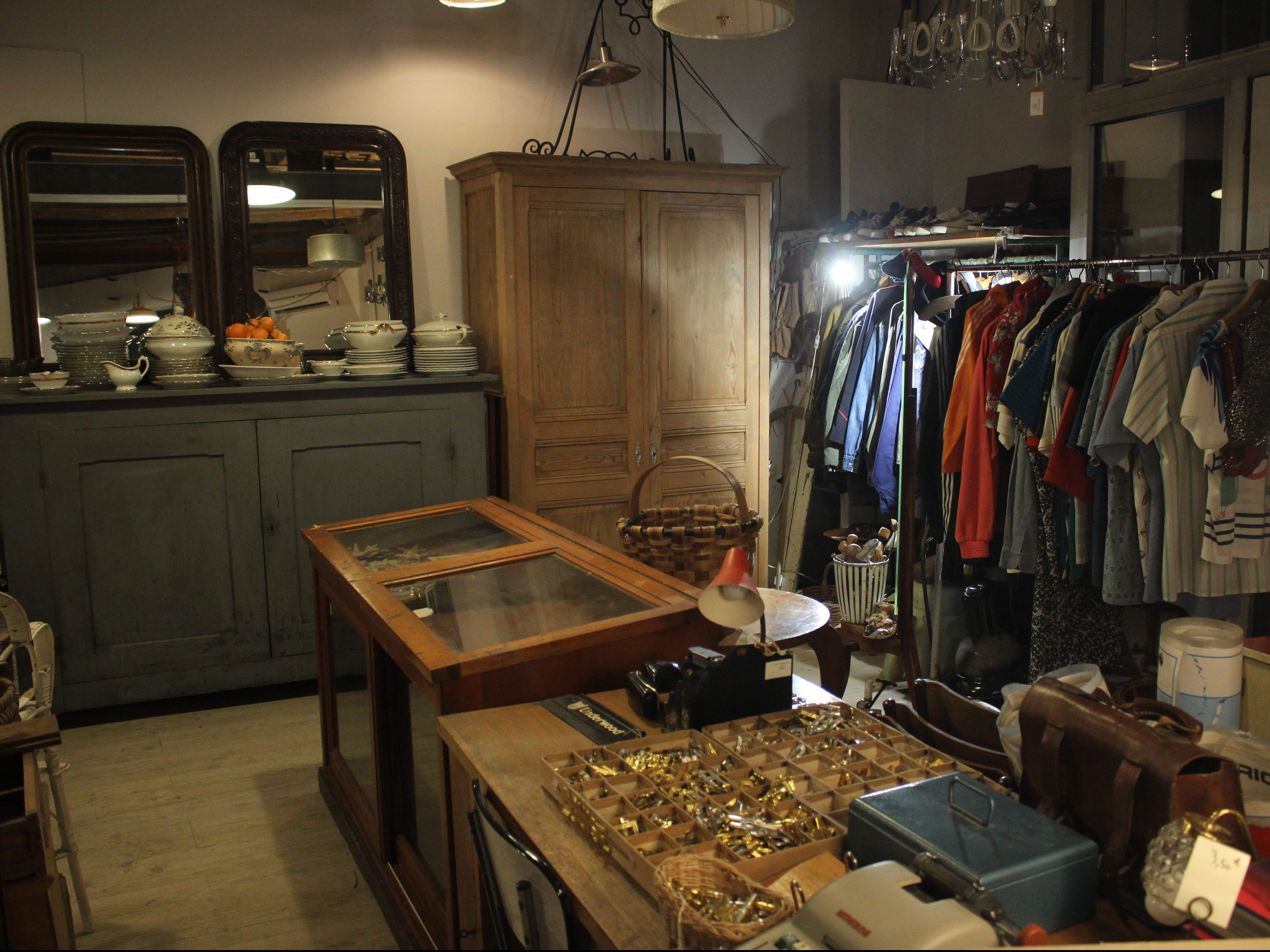 Portant de vêtements d'occasion friperie Chic & Bohème à Montpellier