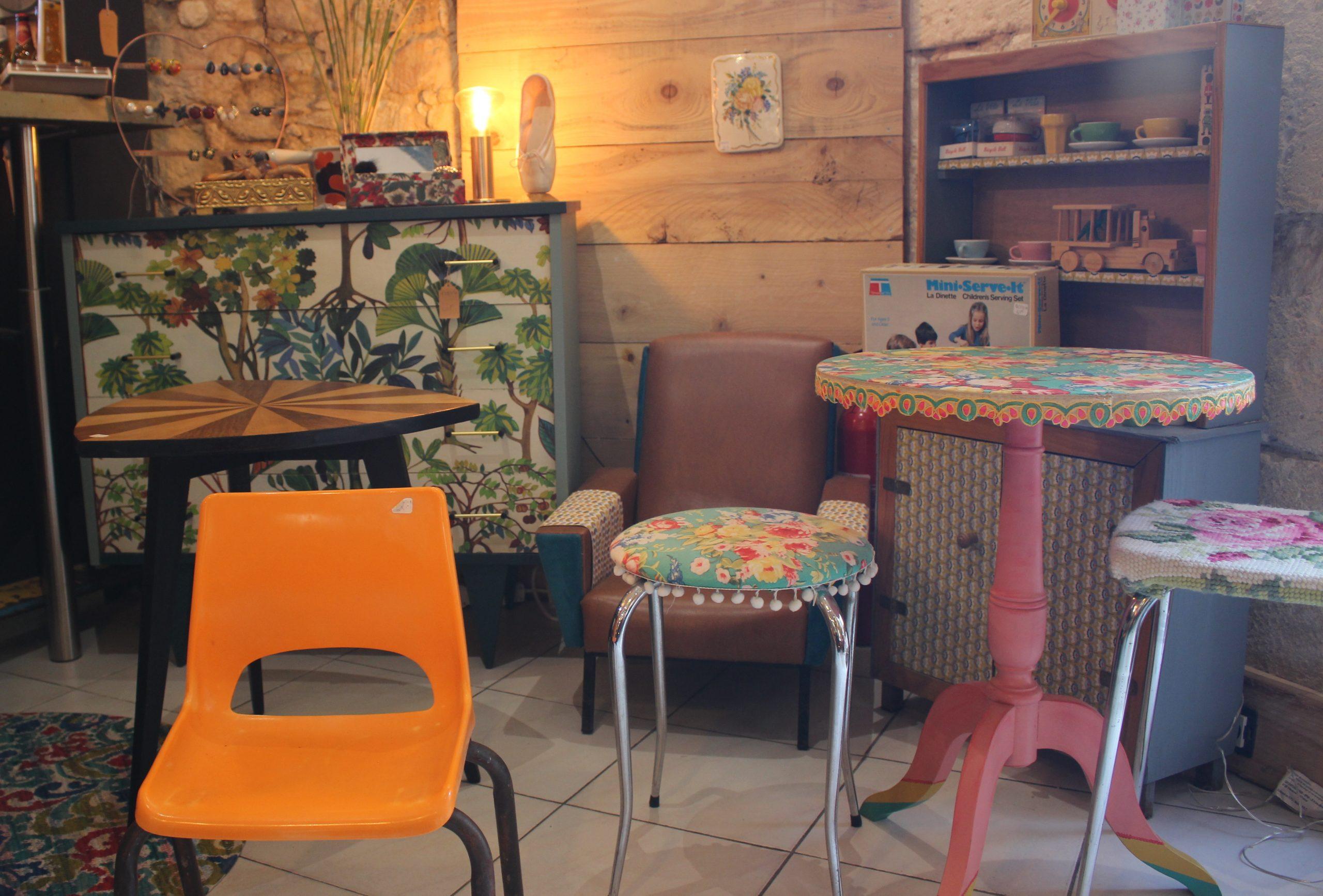 Mobilier L'hirondelle dans l'atelier friperie Montpellier