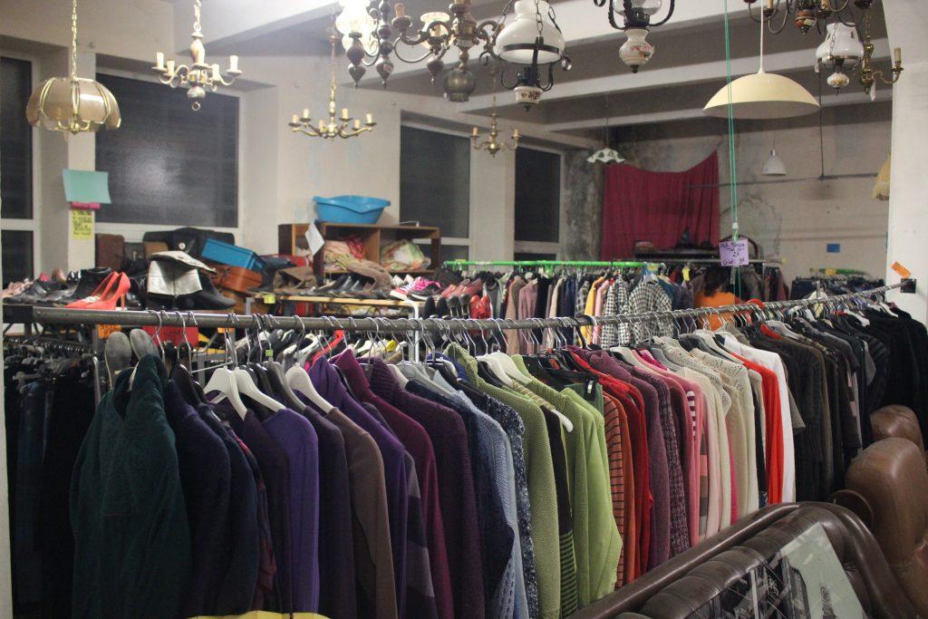 Salle des vêtements d'occasion de la ressourcerie du Pont Au Vigan