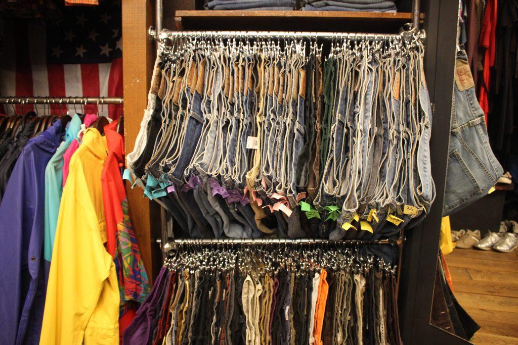 Portant jeans chez Jet rag friperie à Toulouse. Boutique de vêtements d'occasion & vintage