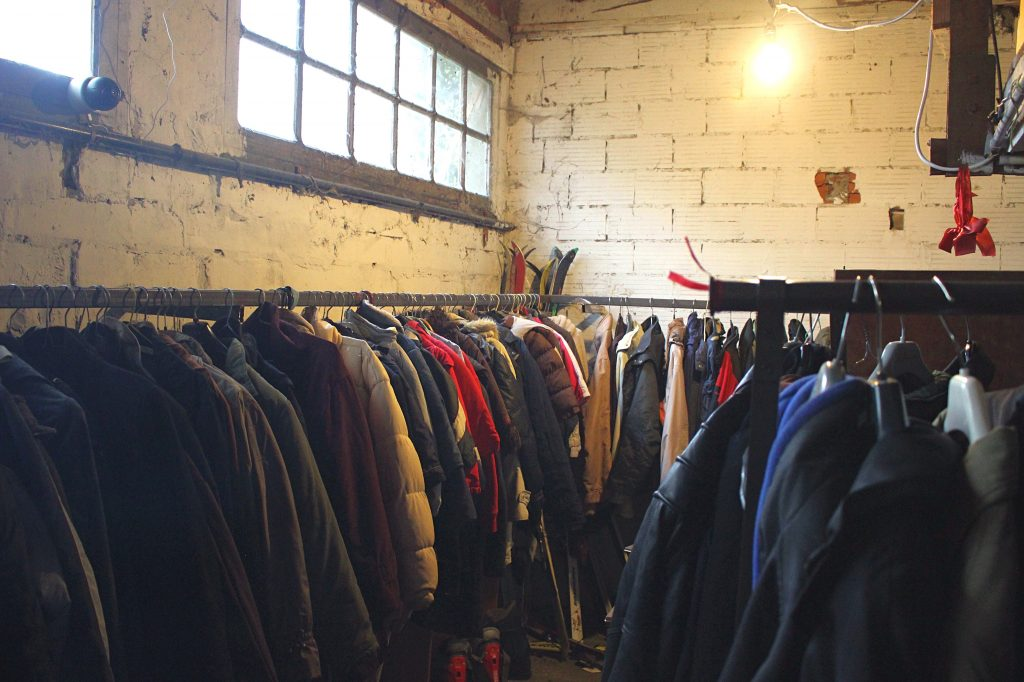 Salle des habits - Mosaik Friperie à Toulouse, magasin de vêtements d'occasion et vintage.