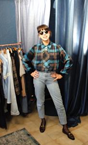 Cliente de la friperie Brad qui prend la pose avec sa nouvelle tenue