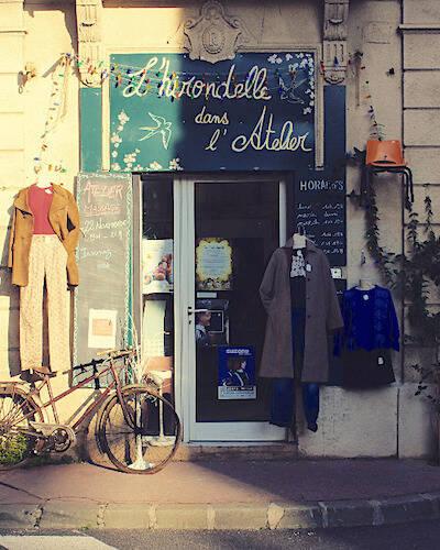 Image boutique de la friperie l'hirondelle dans l'atelier à Montpellier